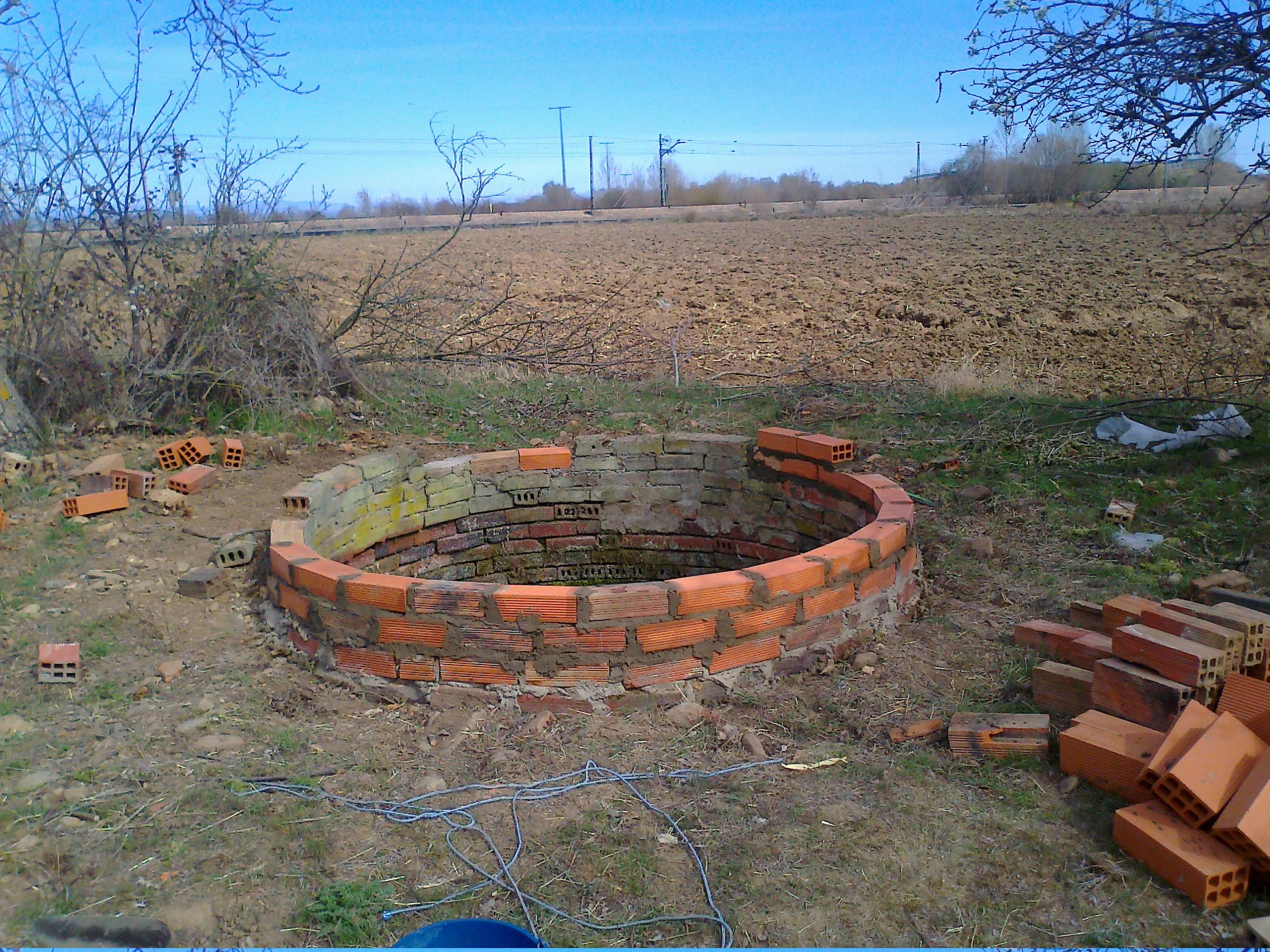 Construcci n de brocal con ladrillos para pozo for Construccion de piscinas con ladrillos